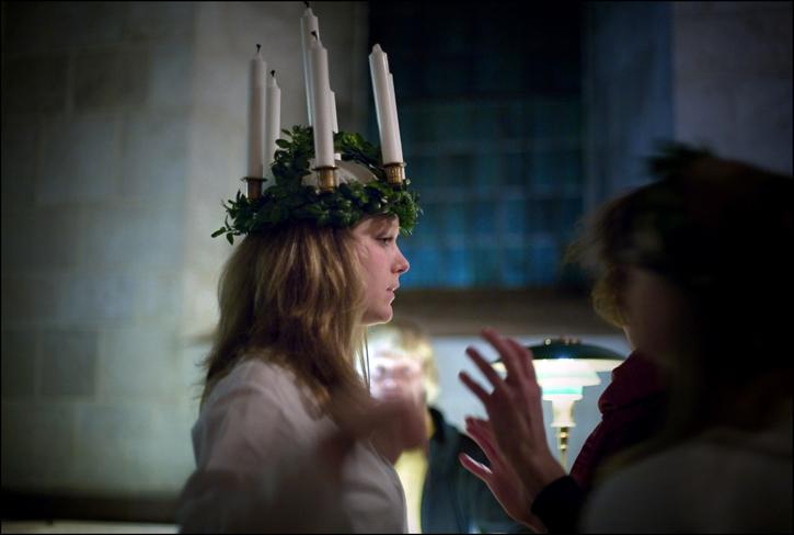 I sekler hon kommit i mulen advent till tröttad människoande som förebud henne julen sänt med ljus över mörko lande