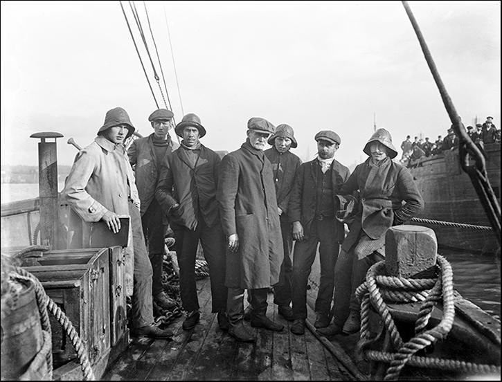 Februari 1924. Norska sjömän från skeppet Mexiko. Kapten, i mitten, är Edvin Eriksen
